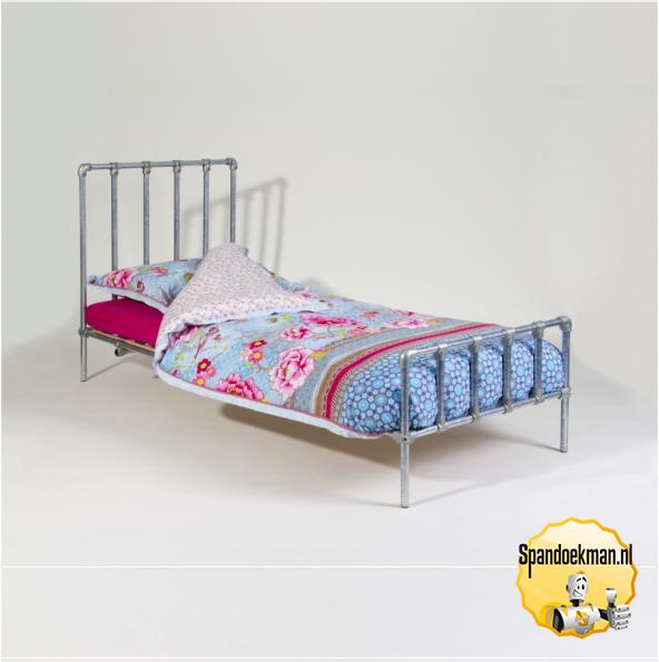 Eenpersoons Bank Bed.Bed Eenpersoons Van Buizen Buiskoppelingen En Steigerhout Spandoekman